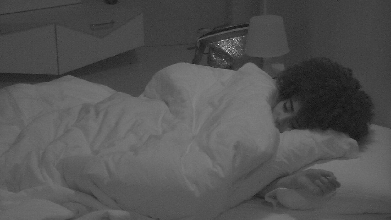 Gabriela segue dormindo após ter planejado pegadinha com Rízia em noite de Festa Luz