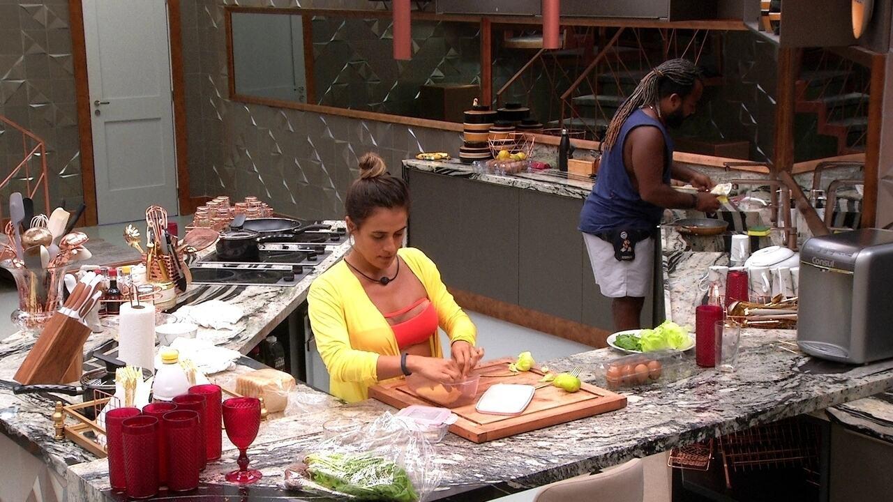 Rodrigo lava a louça enquanto Carolina prepara seu lanche