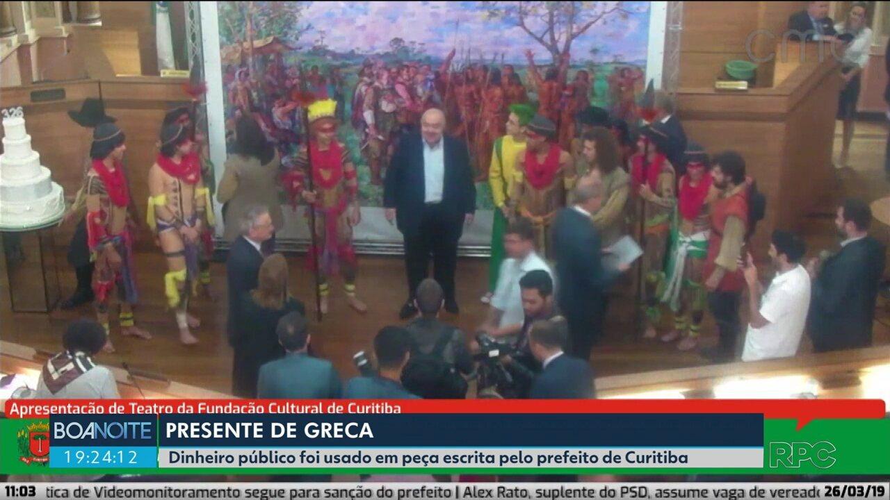 Dinheiro público é usado em peça escrita pelo prefeito de Curitiba