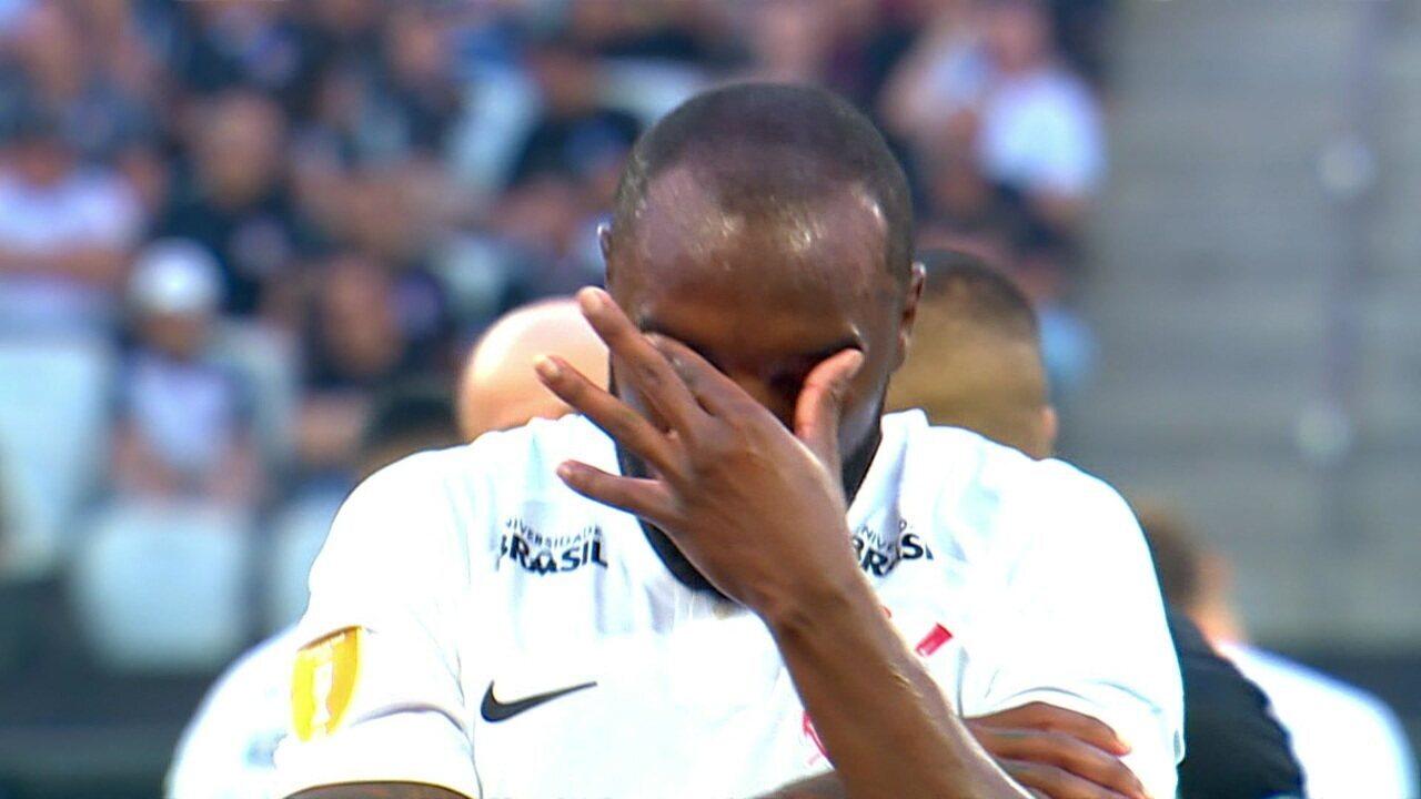 Manoel voltou a sentir o ombro e foi atendido pelo médico do clube, que botou o ombro do jogador no lugar, aos 18' do 2ºT