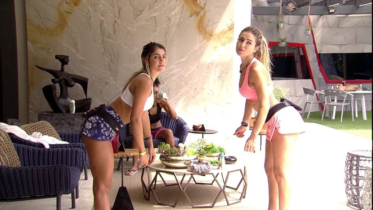 Hariany e Paula se balançam em frente ao espelho e reclamam do bumbum