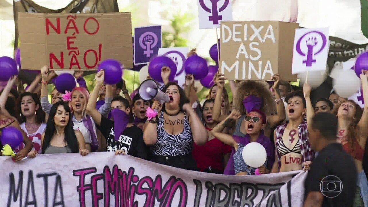 Cibele participa de protesto feminista