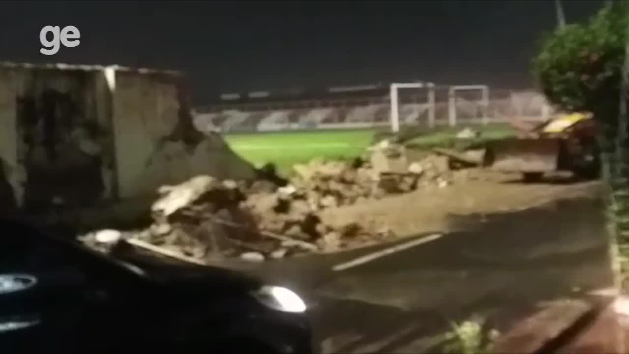 Muro do estádio Arena Ytacoatiara desaba após chuva forte