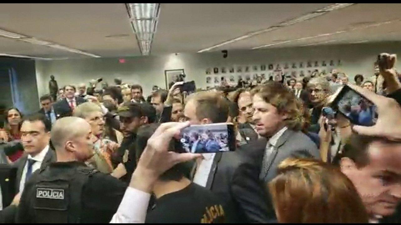 Guedes deixa sessão da CCJ após bater boca com o deputado Zeca Dirceu