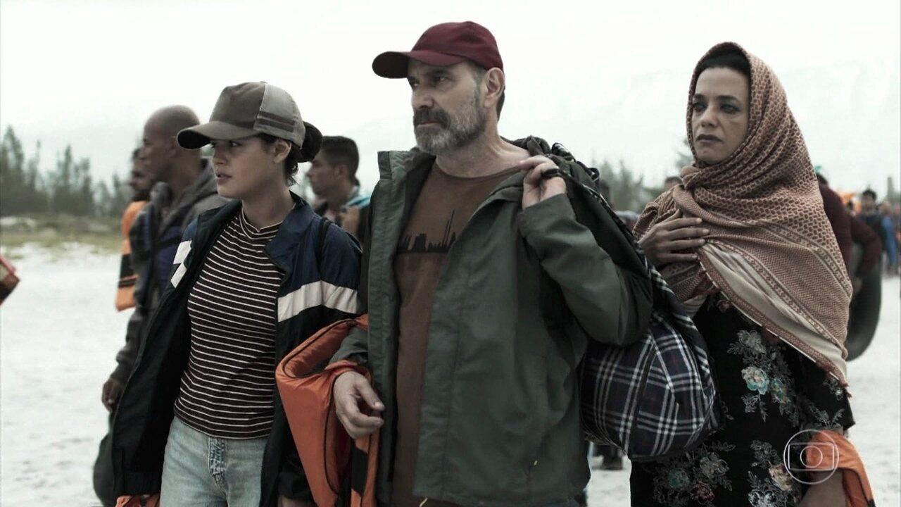 Laila, Elias e Missade embarcam em um bote rumo à Grécia
