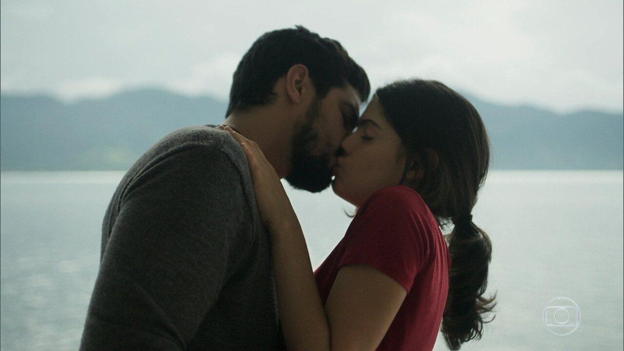 Laila e Jamil se beijam