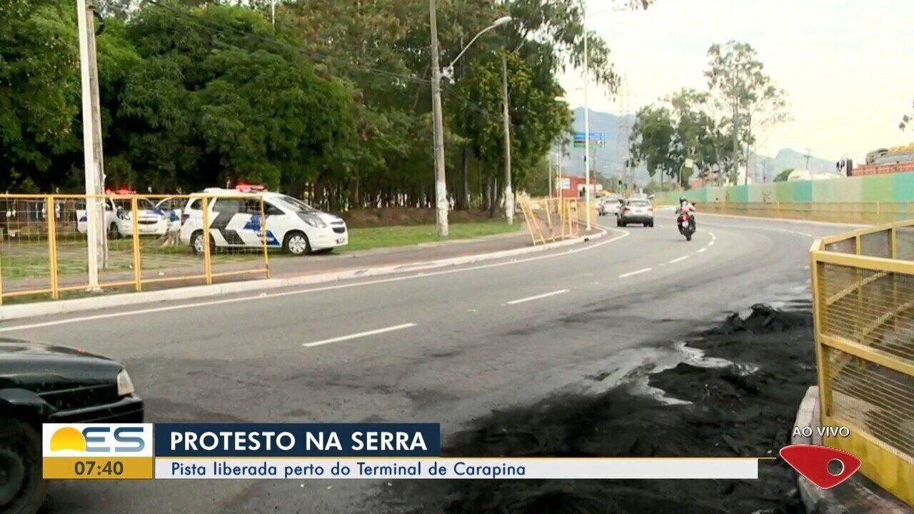 Pista é liberada após protesto perto do Terminal de Caparina, na Serra, ES