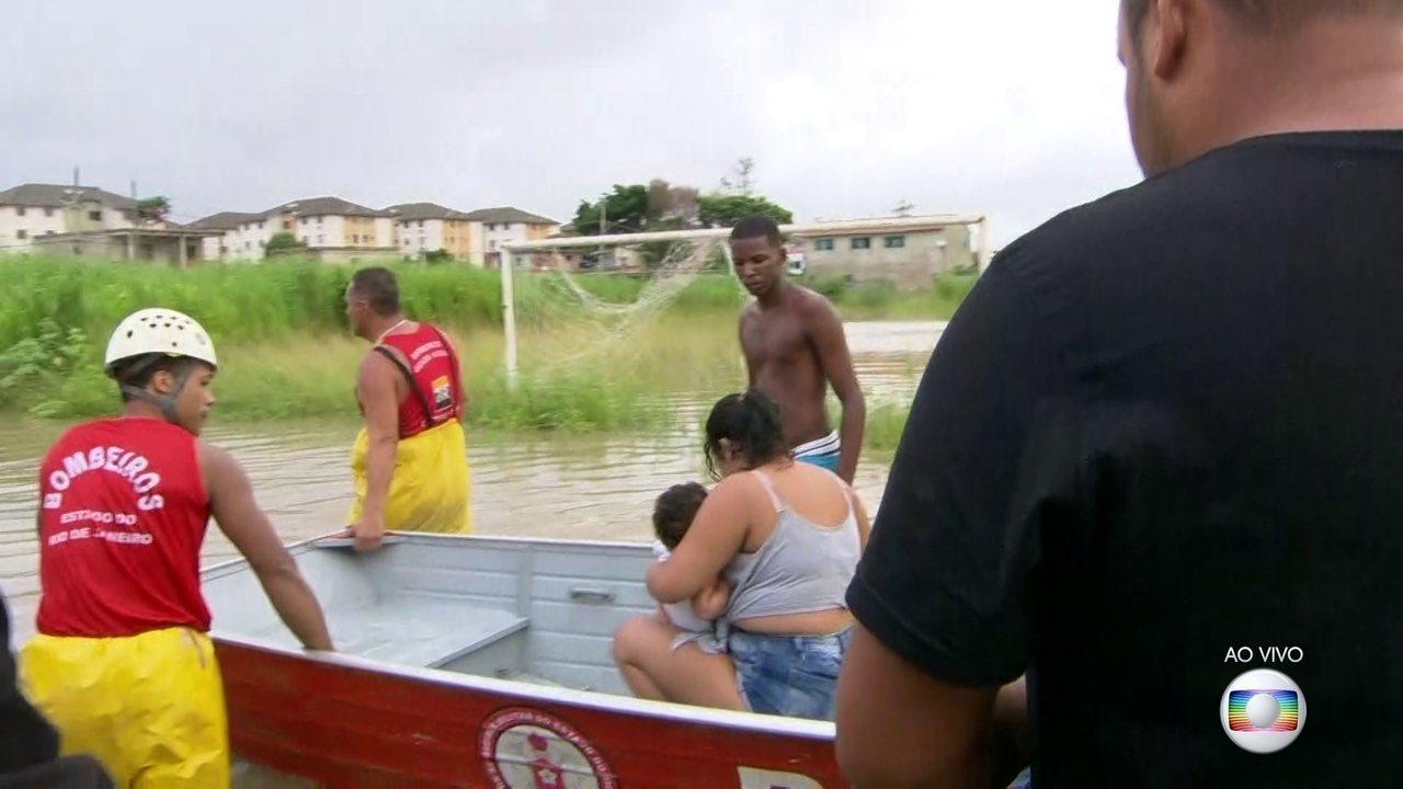 Bombeiros usam barco para resgatar bebê e mãe que estavam ilhados em Santa Cruz