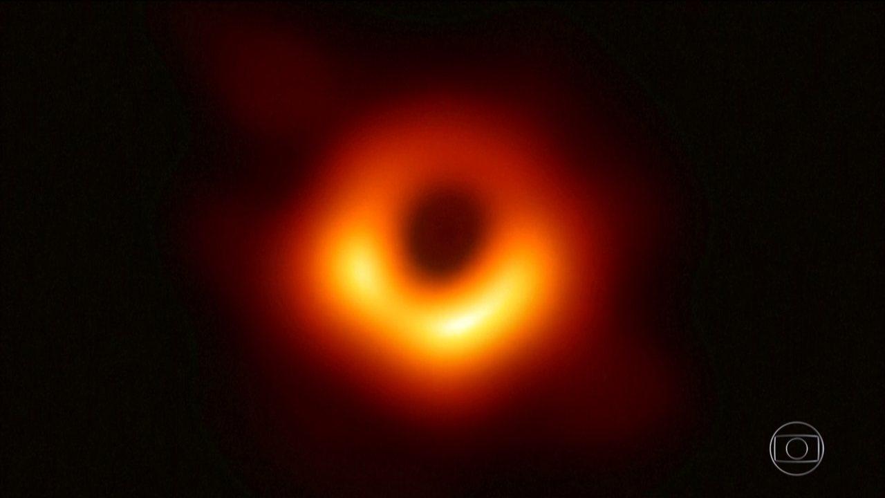 Cientistas divulgam primeira imagem de um buraco negro três vezes maior que a Terra