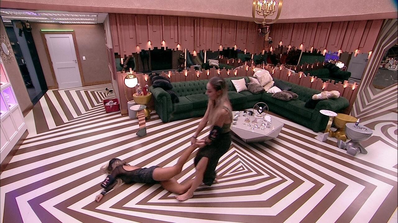 Após conversa no banheiro, Paula puxa Hariany pela sala
