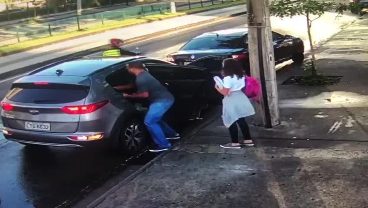 Vídeo mostra assalto a carro com crianças na porta de escola no Rio