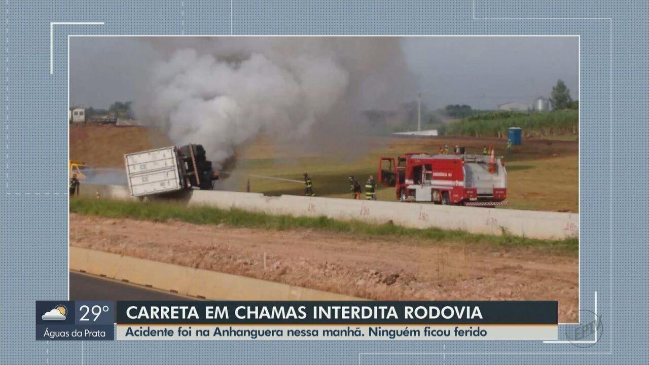 Carreta tomba e fica em chamas na Rodovia Anhanguera em Araras