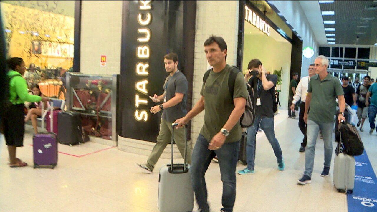 Demitido após a eliminação do Botafogo na Copa do Brasil, Zé Ricardo é perseguido por torcedores no aeroporto