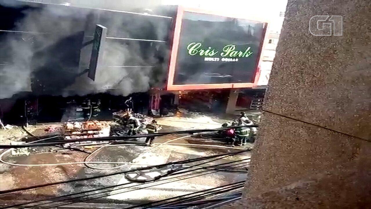 Vídeo mostra bombeiro sendo resgatado em incêndio que destruiu loja em Araçatuba; VEJA