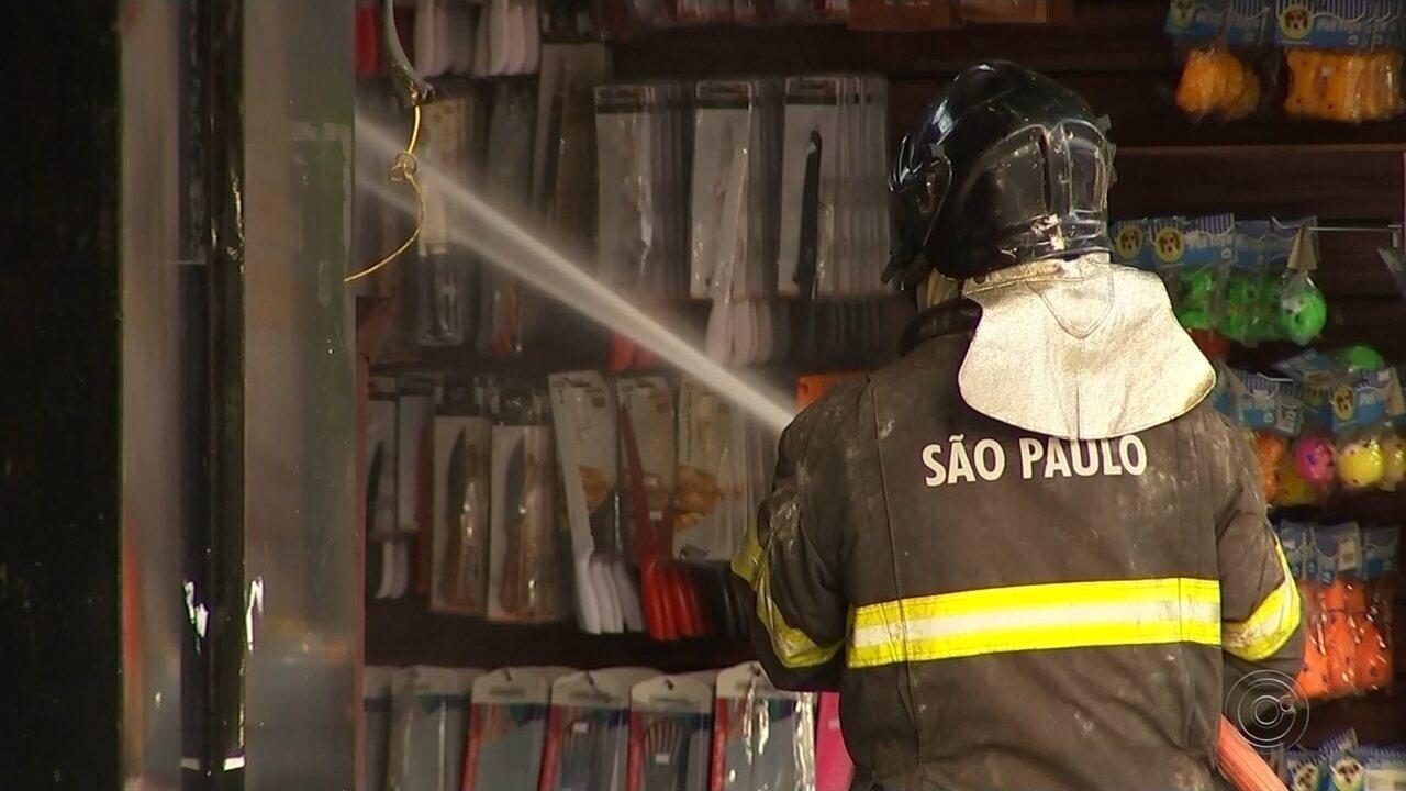 Bombeiros investigam o que teria causado incêndio em loja de Araçatuba