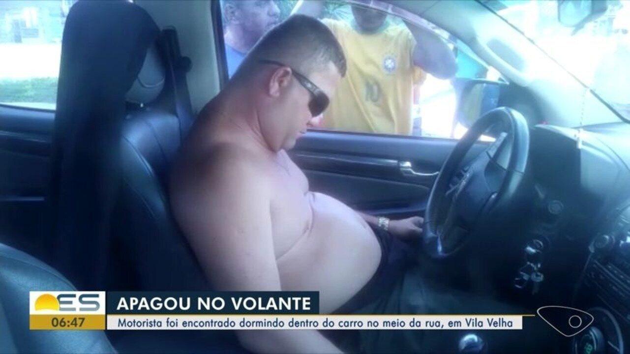 Motorista é encontrado dormindo dentro de carro no meio da rua em Vila Velha, ES