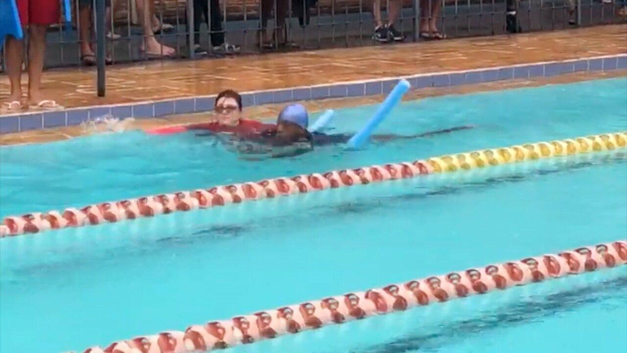 Nadador com deficiência dá exemplo de superação e é ovacionado por torcida