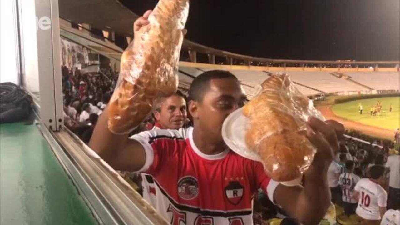 Torcedor leva pão de jacaré para arquibancada