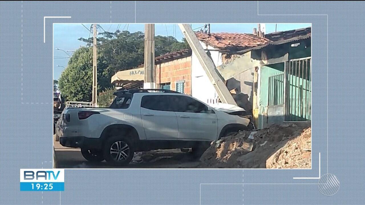 Carro atinge poste e muro de casa e câmera de segurança registra acidente; veja as imagens