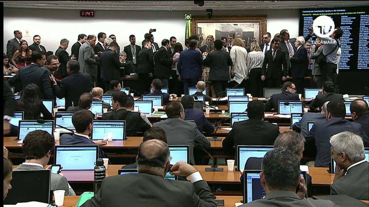 Confusão entre deputados marca começo de debates na CCJ