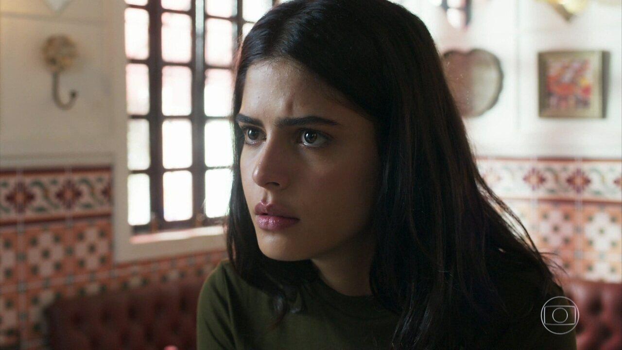 Laila vai até a casa de chá desejando falar com Jamil
