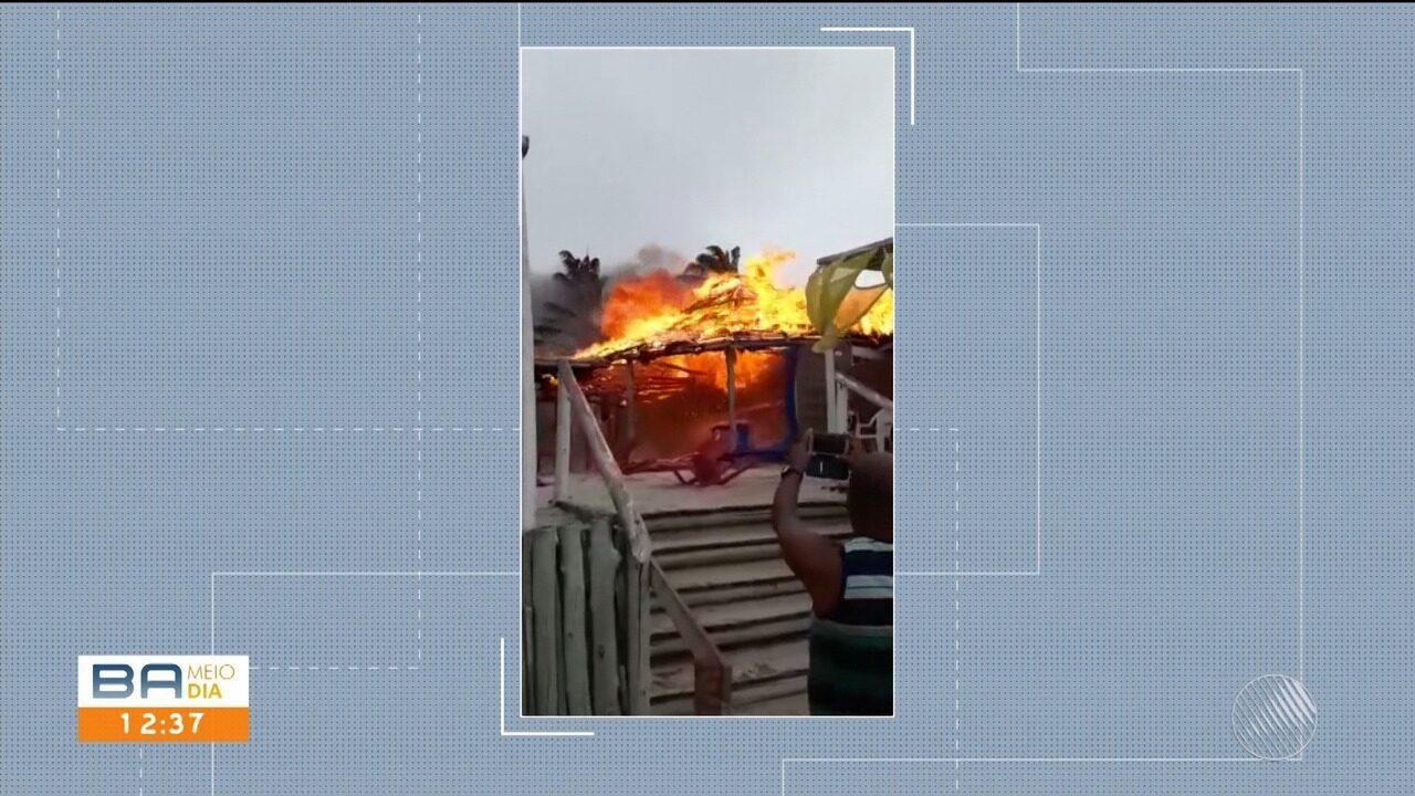 Barraca de praia pega fogo na praia de Coroa Vermelha, em Santa Cruz Cabrália