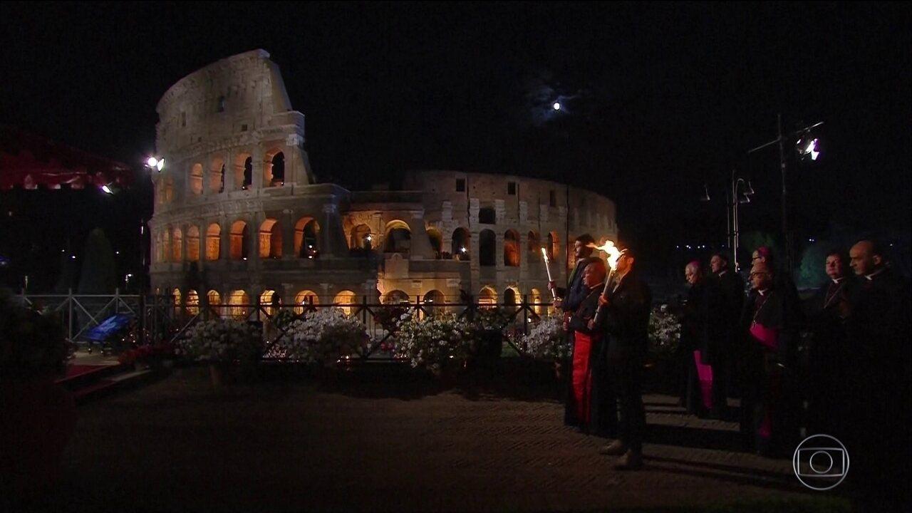 Fiéis celebram Sexta-Feira Santa com tradições diferentes pelo mundo