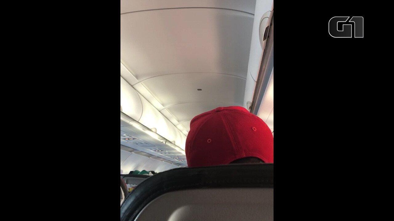 Avião arremete no aeroporto de Salvador para evitar choque com outra aeronave na pista e passageira grava piloto explicando situação.