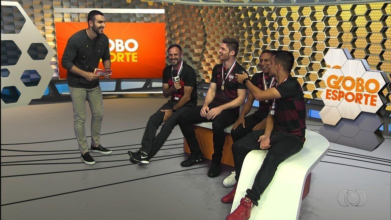 Jogadores e técnico do Atlético-GO comemoram o título no Globo Esporte