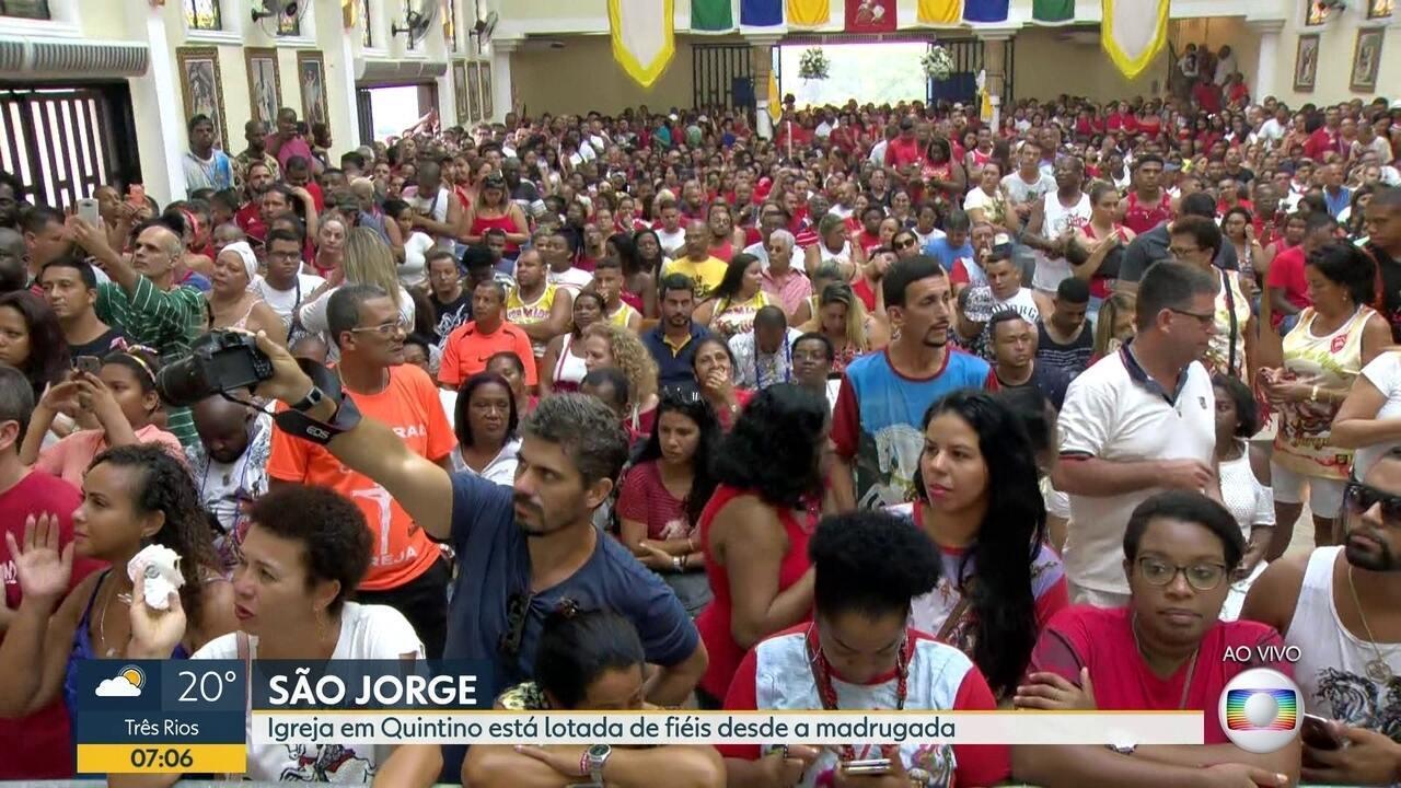 Fiéis lotam igrejas no dia de São Jorge
