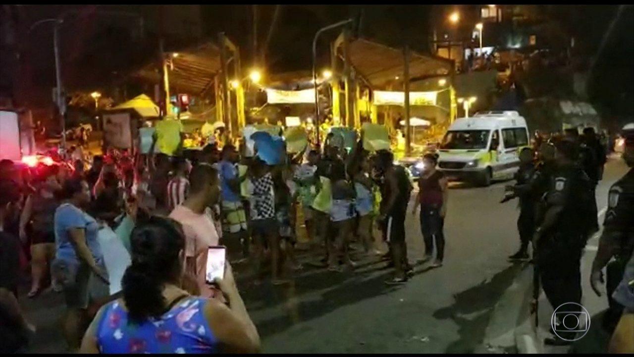 Polícia do RJ recolhe armas de PMs suspeitos de atirar em gari no Vidigal