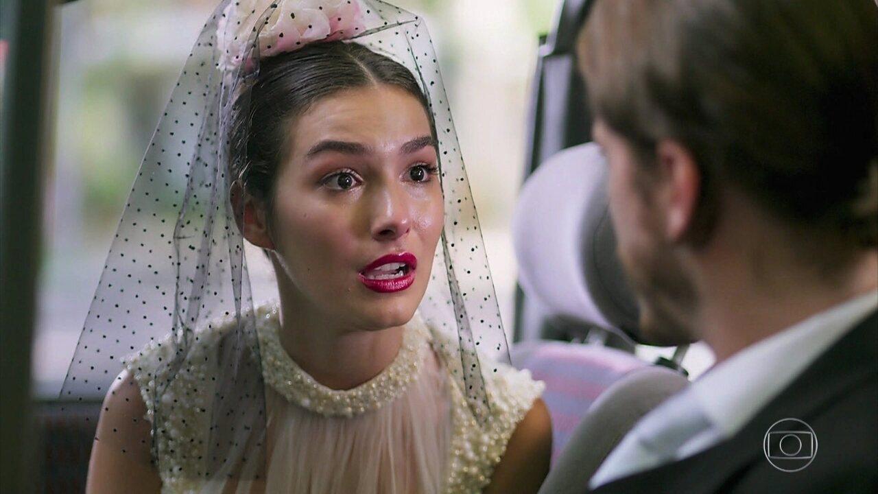 Larissa liga para Quinzinho antes do casamento