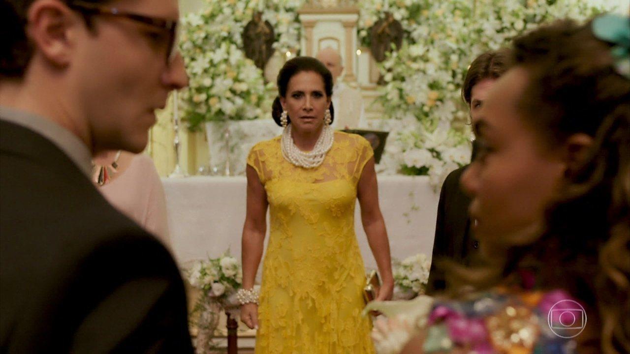 Mercedes se irrita e para o casamento de Quinzinho com Dandara