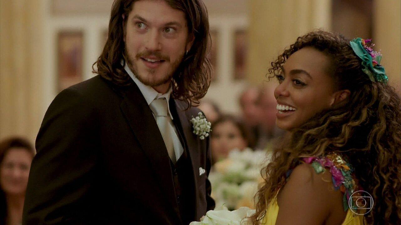 Quinzinho e Dandara se casam em cerimônia religiosa