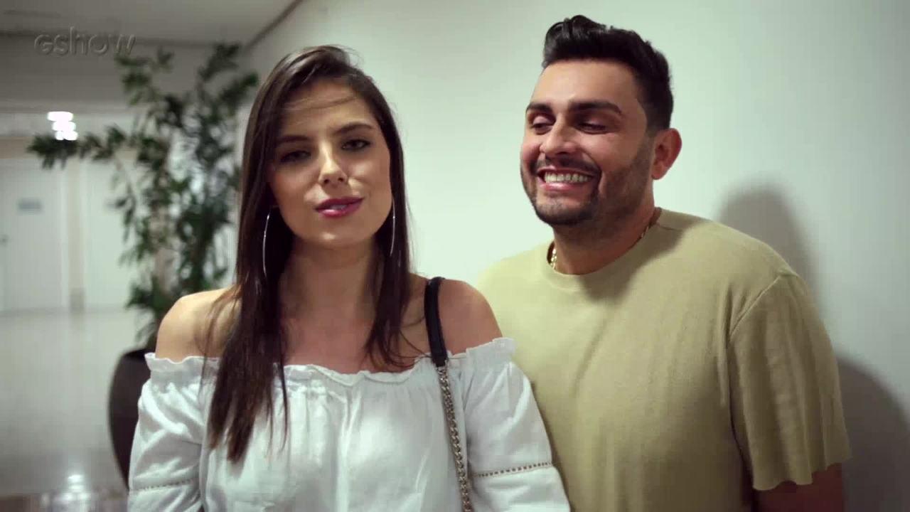 Mano Walter faz juramento do dedinho com a namorada, Débora Silva