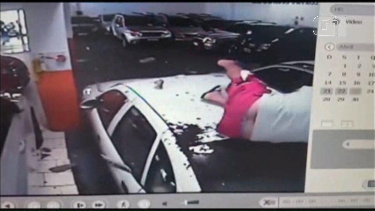 Vídeo mostra homem caindo de telhado enquanto limpava calha a 5 metros de altura