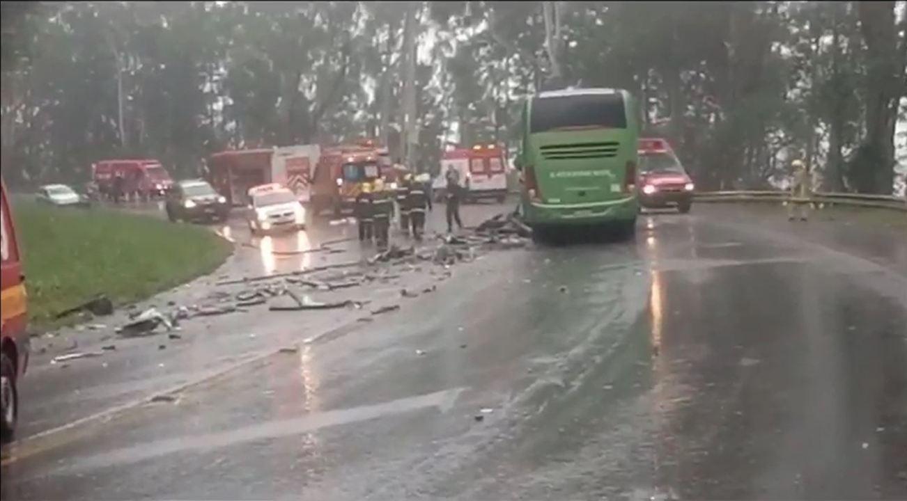 Acidente entre ônibus e carreta deixa quatro mortos e mais de 10 feridos em Ibirama