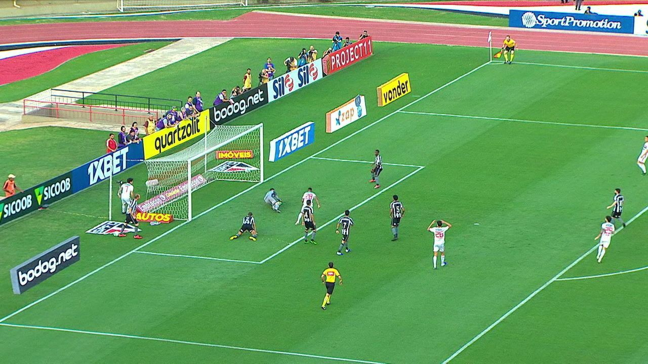 Pato makes a good game on the right and crosses to Tchê Tchê who hits Gatito and picks him up in the 5th of the second time