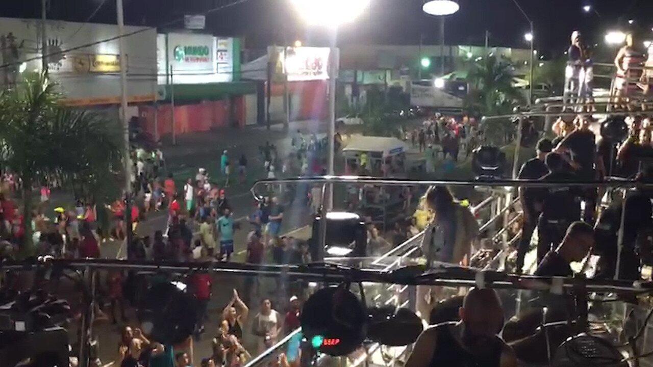 Claudia Leitte mostra barrigão para o público no fim do desfile da Micareta de Feira