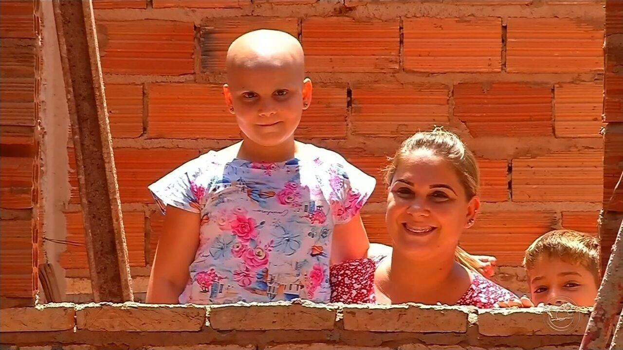 Voluntários se reúnem para construir quarto para menina que luta contra câncer