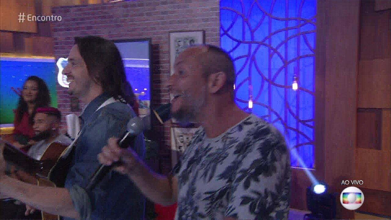 Lair Rennó é surpreendido por amigos de banda da adolescência