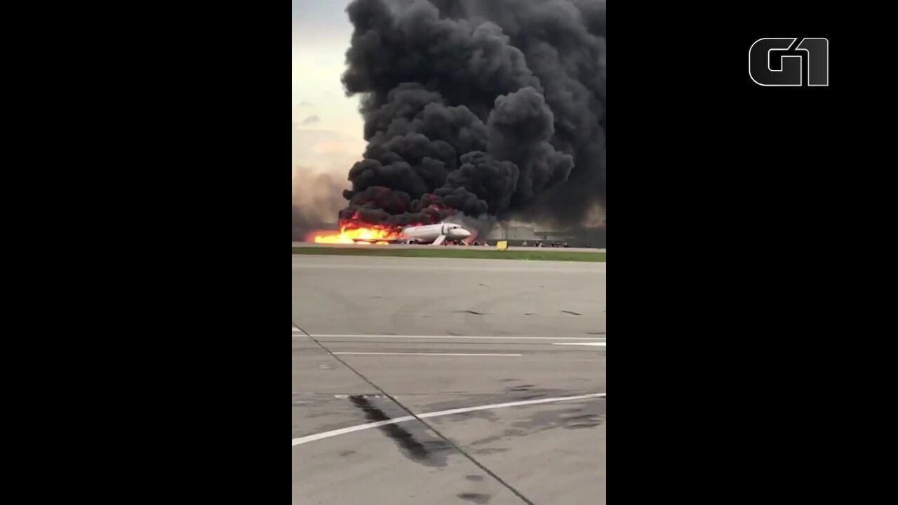 Sobe para 13 o número de mortos em pouso emergencial de avião russo, em Moscou