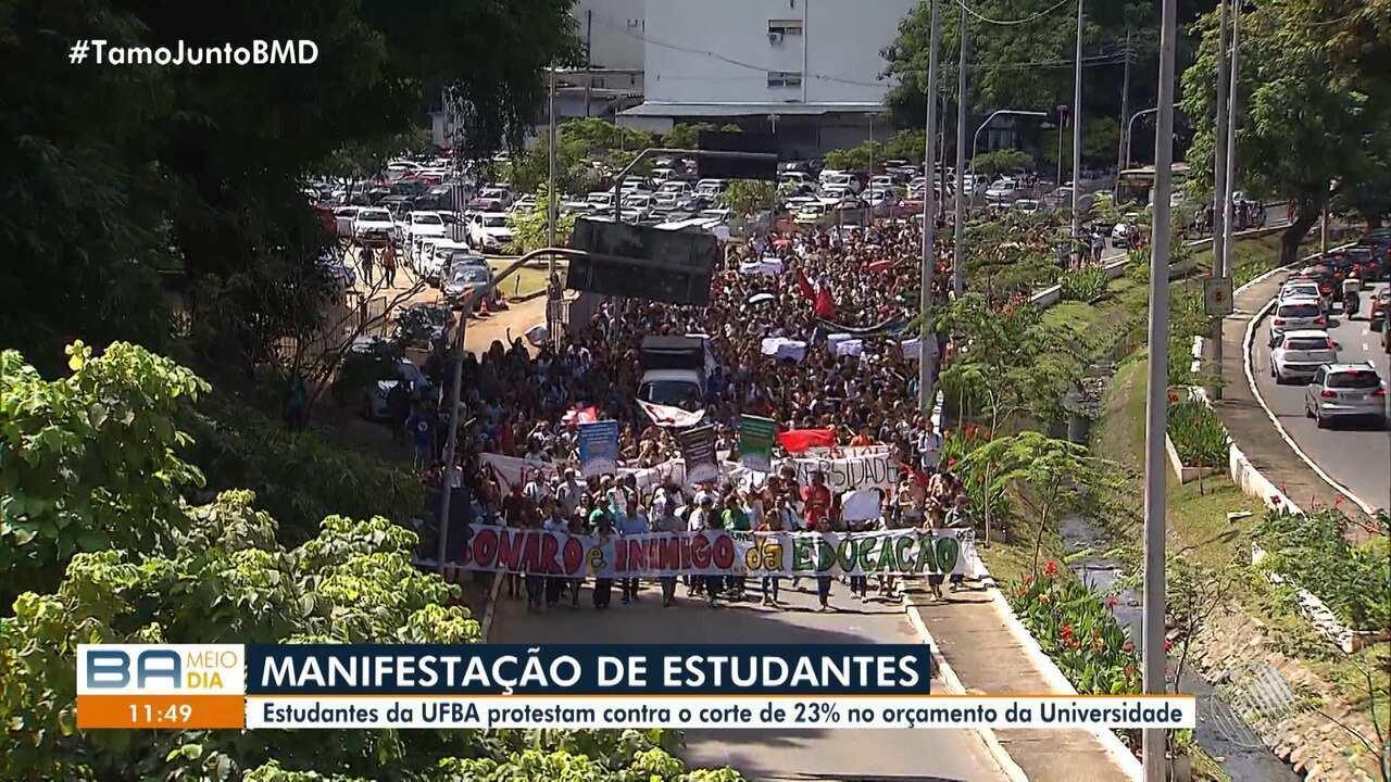 Estudantes protestam contra o corte de 23% no orçamento da UFBA