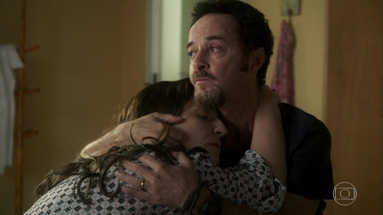 Aline confessa para Caetano que sofre por não ter uma filha