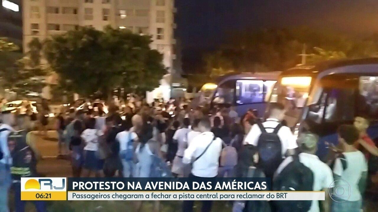 Passageiros do BRT fazem protesto na Avenida das Américas