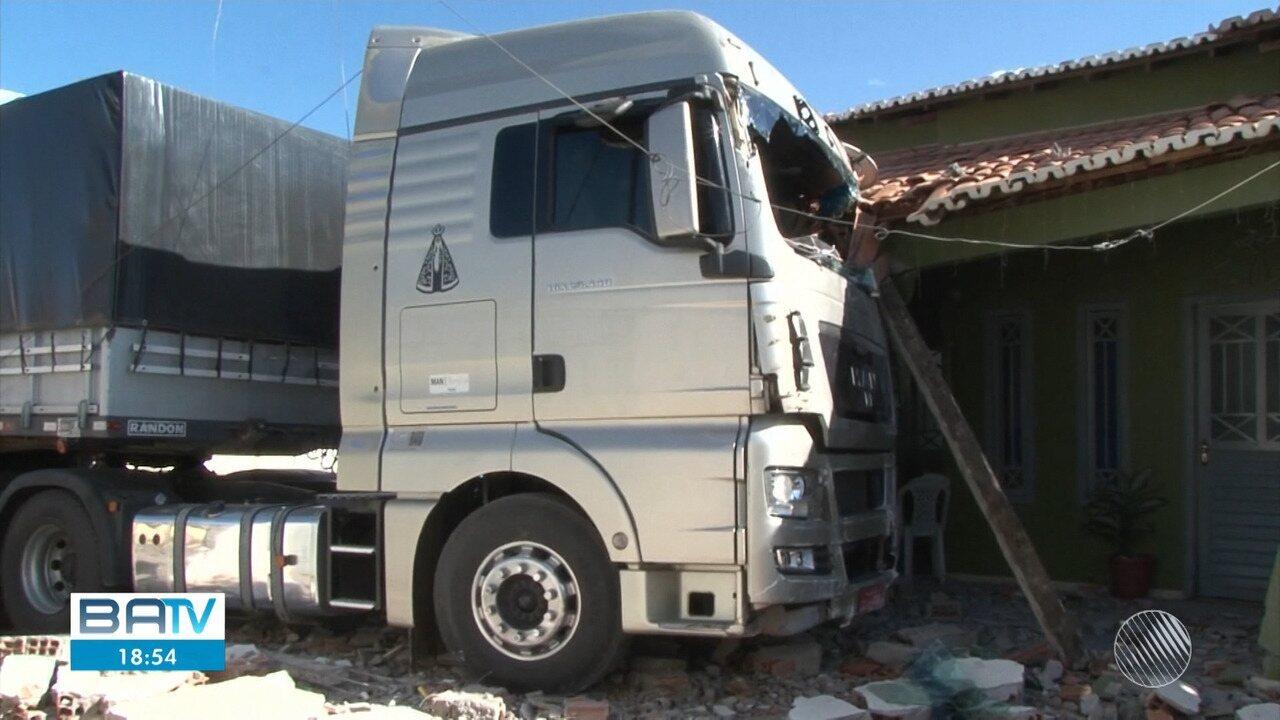 Carreta desgovernada atinge casa em Barreiras, no oeste do estado