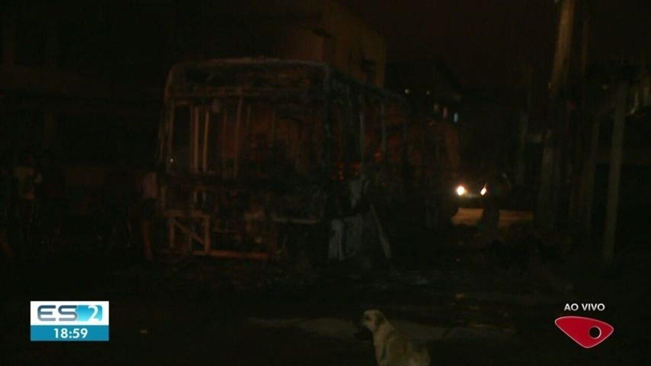 Ônibus pega fogo em Cariacica, ES