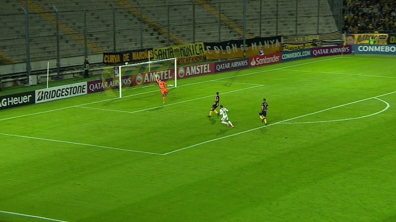 Cuéllar desarma e deixa com Arrascaeta, que aciona Gabigol, mas camisa 9 manda por cima do gol, aos 22' do 1º tempo