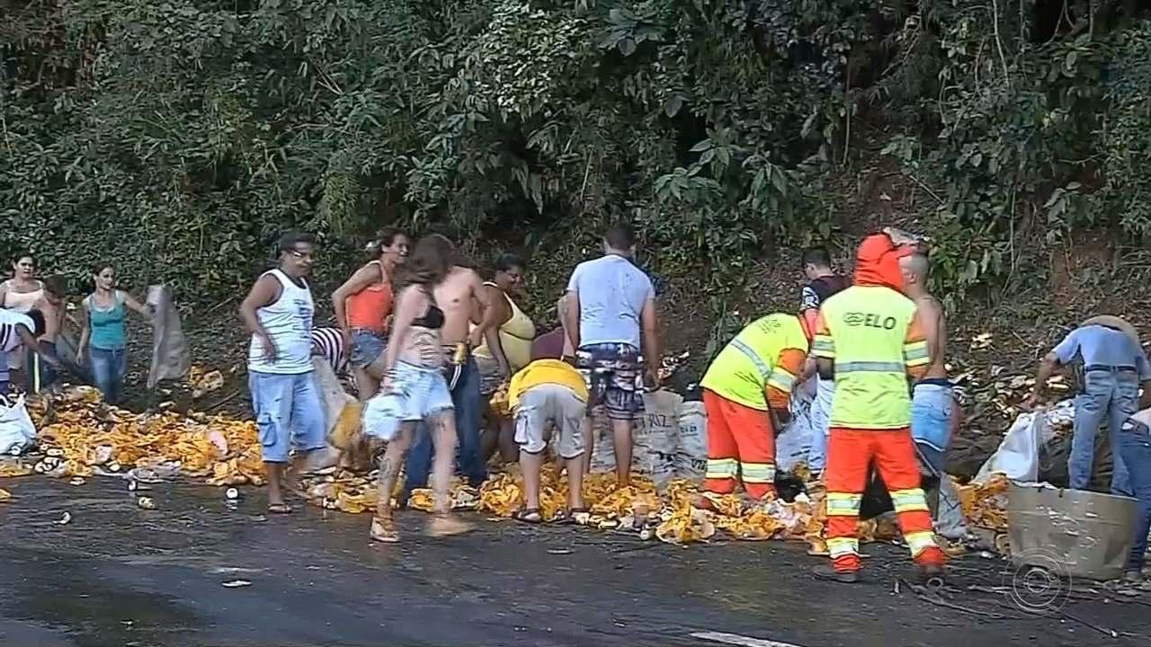 Caminhão com latas de cerveja tomba na serra de Botucatu e moradores levam a carga
