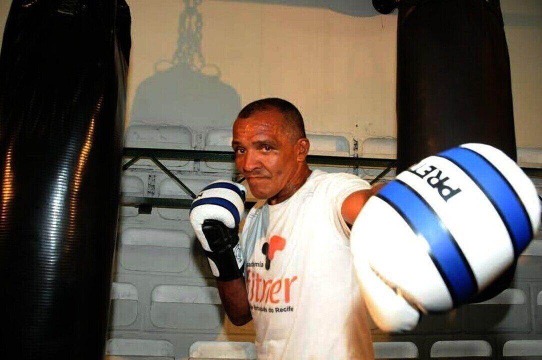Ex-campeão mundial de boxe, Todo Duro luta contra o ostracismo